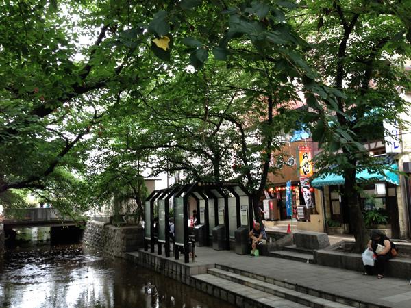 喫茶ソワレ前の川
