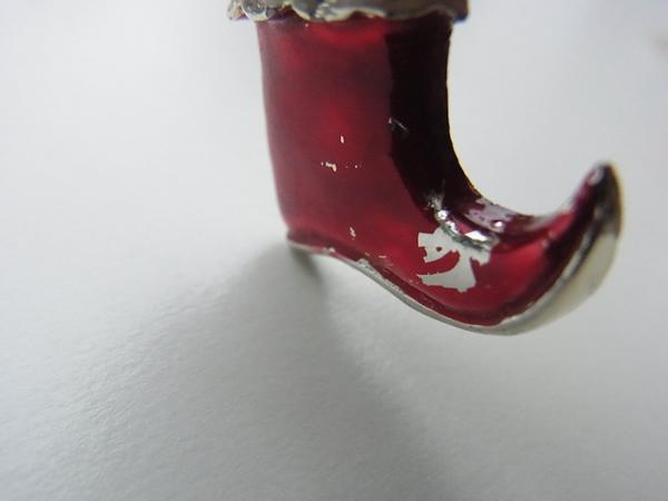 深い赤のブーツブローチ