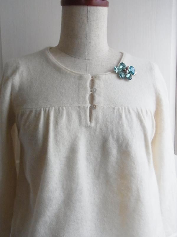 白セーターと水色アンティークブローチコーディネート