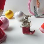 アンティーク・クリスマスブーツの犬ブローチ
