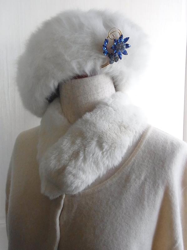 白い帽子に青いアンティークブローチ