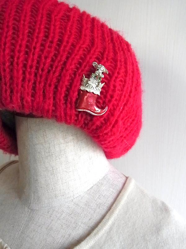 クリスマス犬ブーツブローチと赤いニット帽