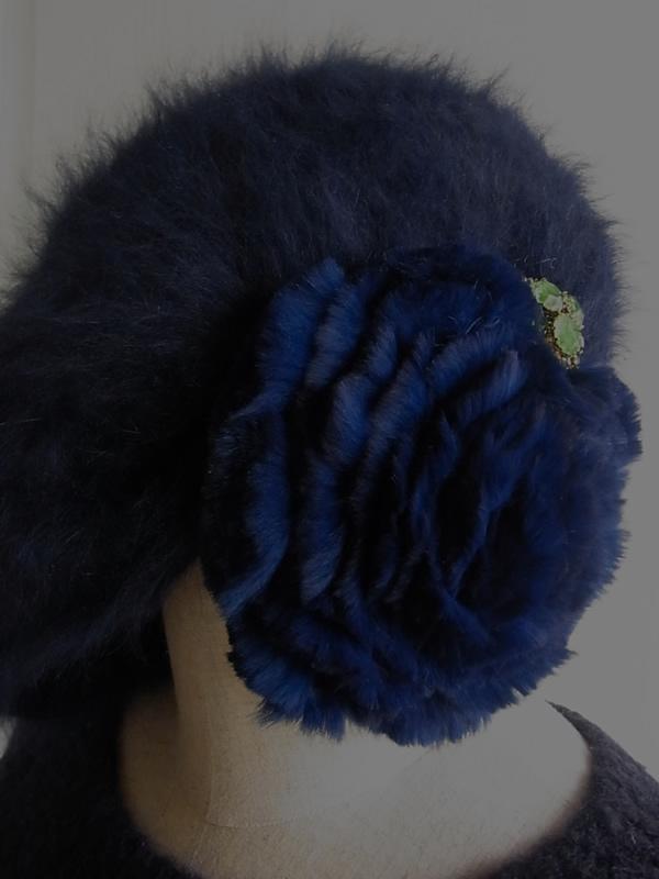 アンティークブローチとアンゴラ帽子のコーディネート