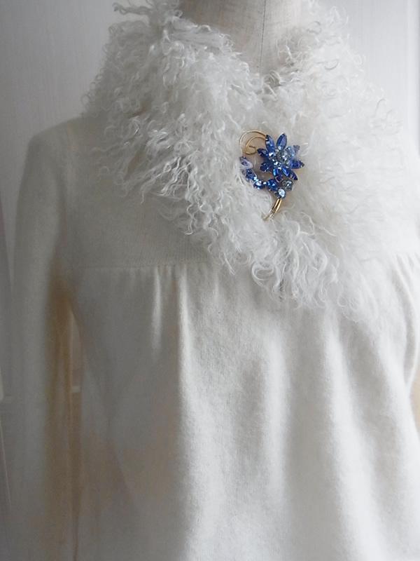 アンティーク青ブローチと白のファーのコーディネート