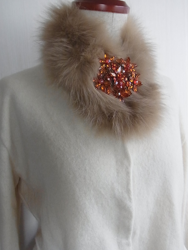 オレンジのブローチのアンティークレースとブローチのアンティーク赤いブローチと付け衿のコーディネート