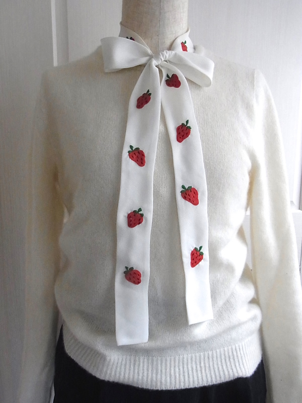 いちご刺繍ブラウスと白いセーターのコーディネート