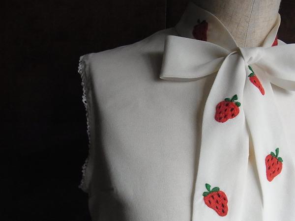 いちご刺繍ブラウス襟元