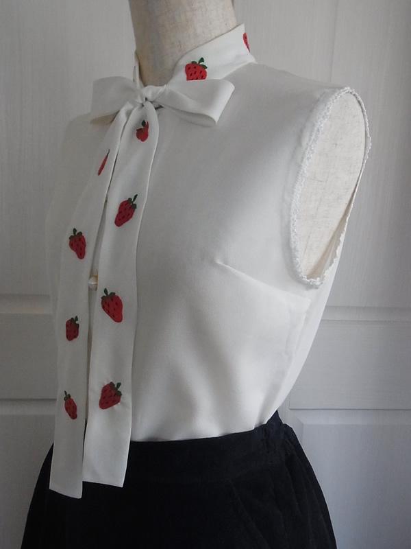いちご刺繍ブラウスとスカートのコーディネート