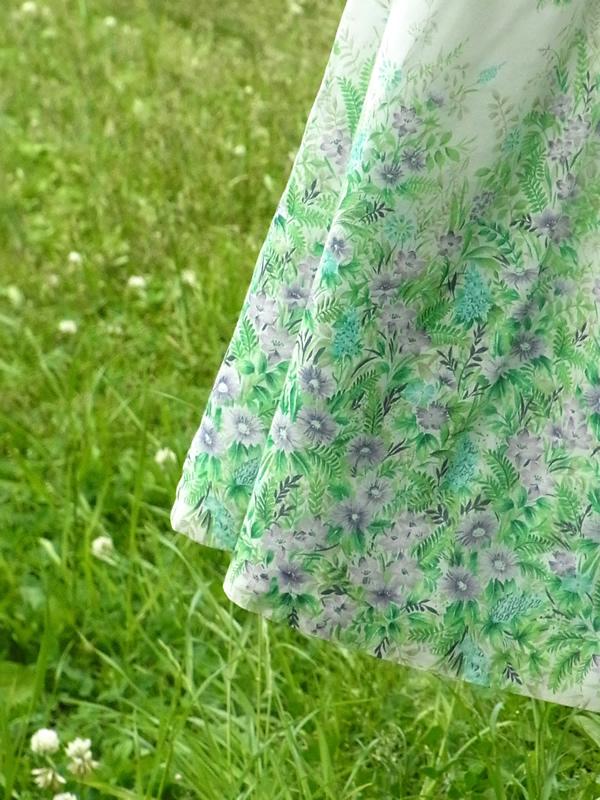 アンティーク森の柄ワンピースの裾