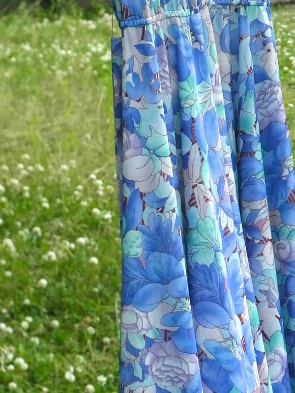 青いワンピースのスカート部分