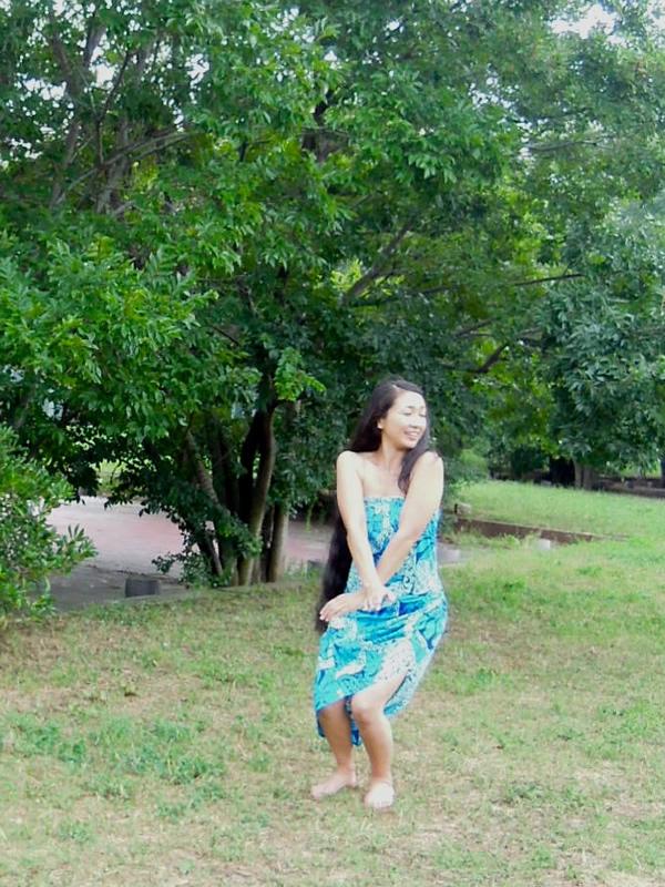 屋外でフラダンス