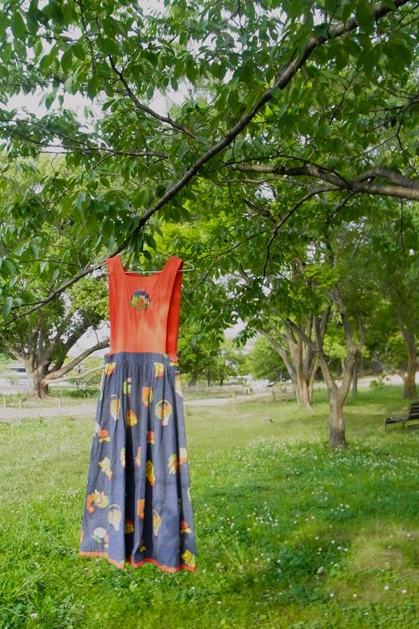 デニム風プリントジャンパースカート屋外写真