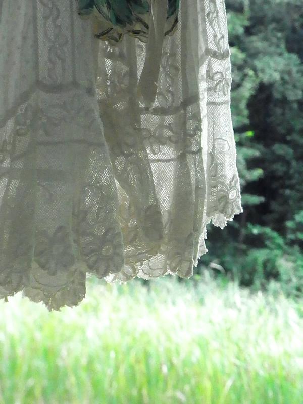 緑の中のヴィンテージスカートの裾レース