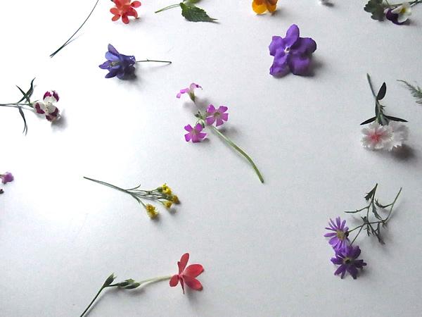 テーブルに置いた小さな花