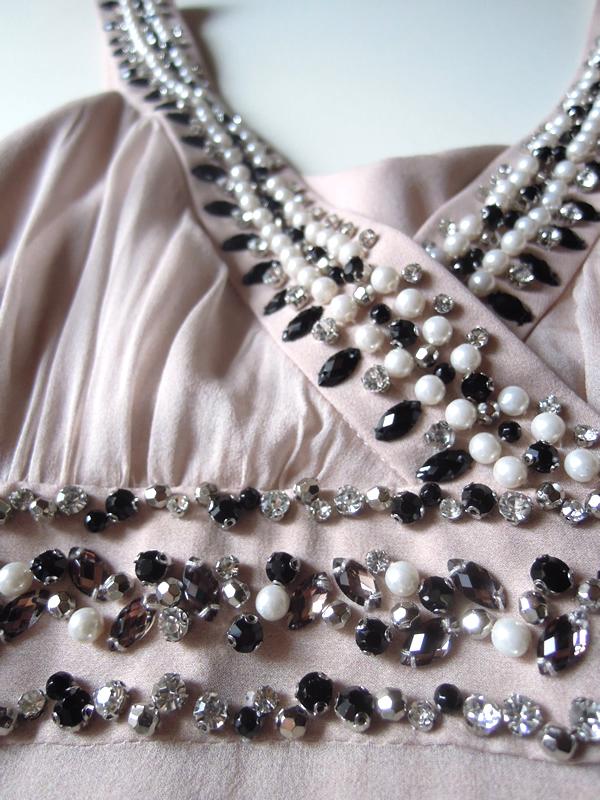 ビジュー付きのシルクドレス