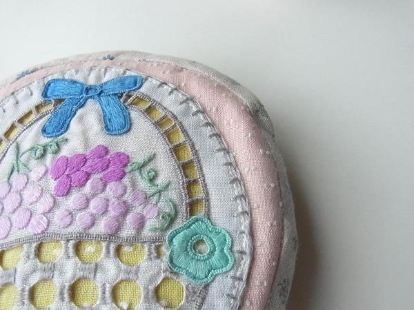 ブラウスの刺繍部分から作ったピンクのポーチ