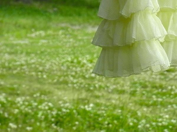ヴィンテージドレスからリメイクスカートの裾・屋外写真