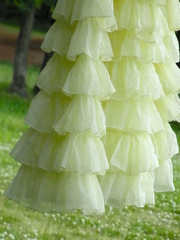 ヴィンテージドレスからリメイクフリルスカートの屋外写真