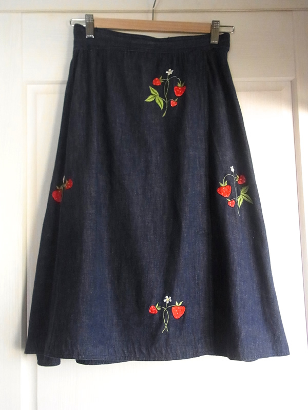苺刺繍スカート前
