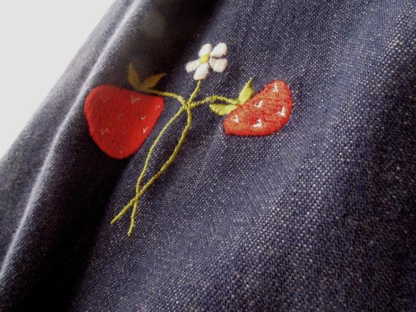 デニムに苺刺繍のラップスカート