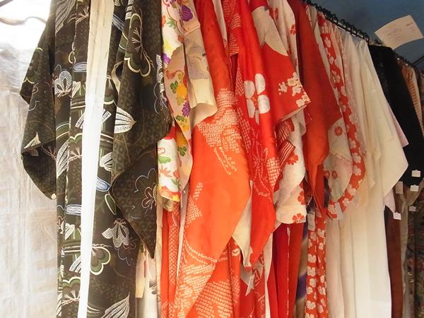 弘法市の着物が吊るされた店