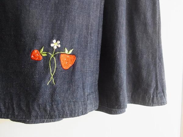 いちご柄刺繍スカートの裾