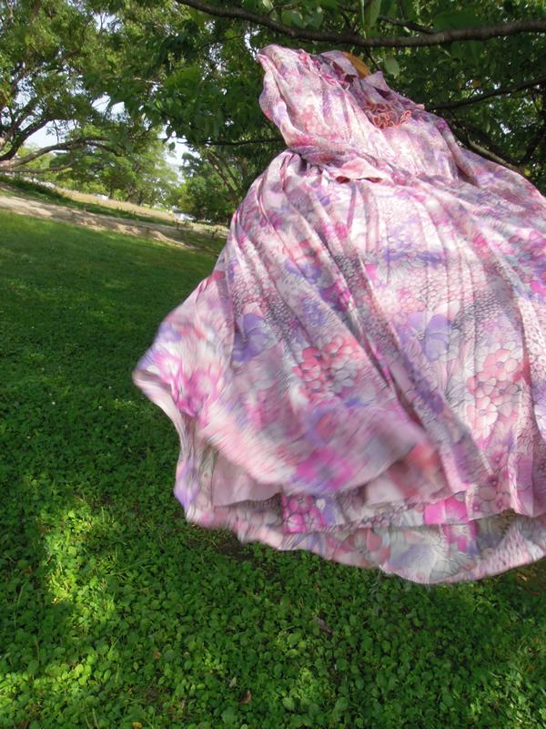 アンティーク水彩画プリントワンピースが風になびく写真