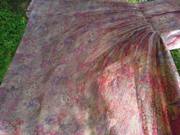 アンティーク水彩画プリントワンピースのプリーツスカートが風になびく
