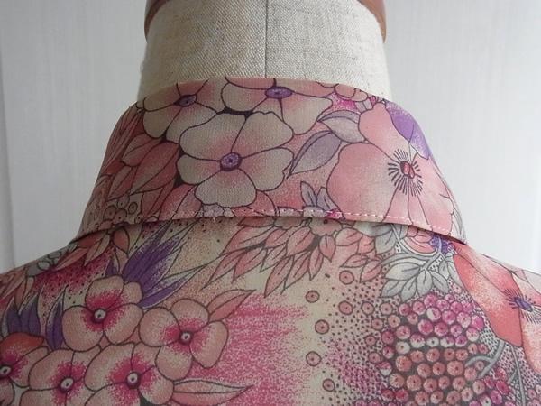 水彩画プリントワンピースの後衿