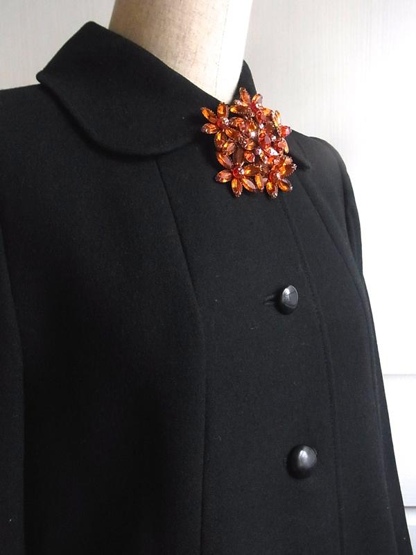 黒いコートの衿もとにアンティークブローチ