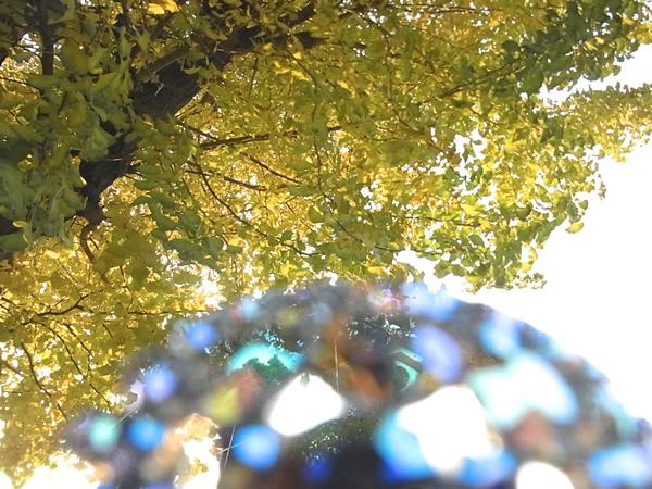銀杏の木の下のヨーロッパアンティークブローチ