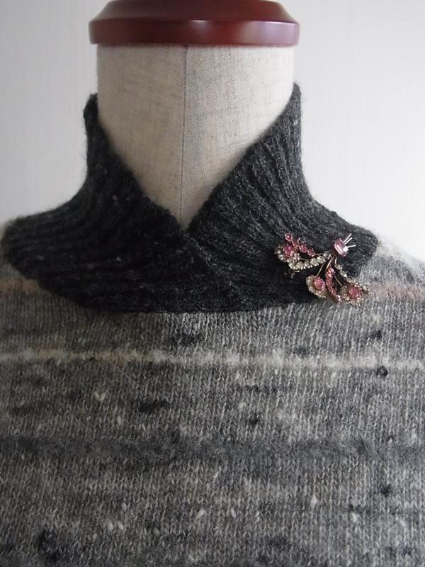 アンティークブローチとハイネックセーターのコーディネート