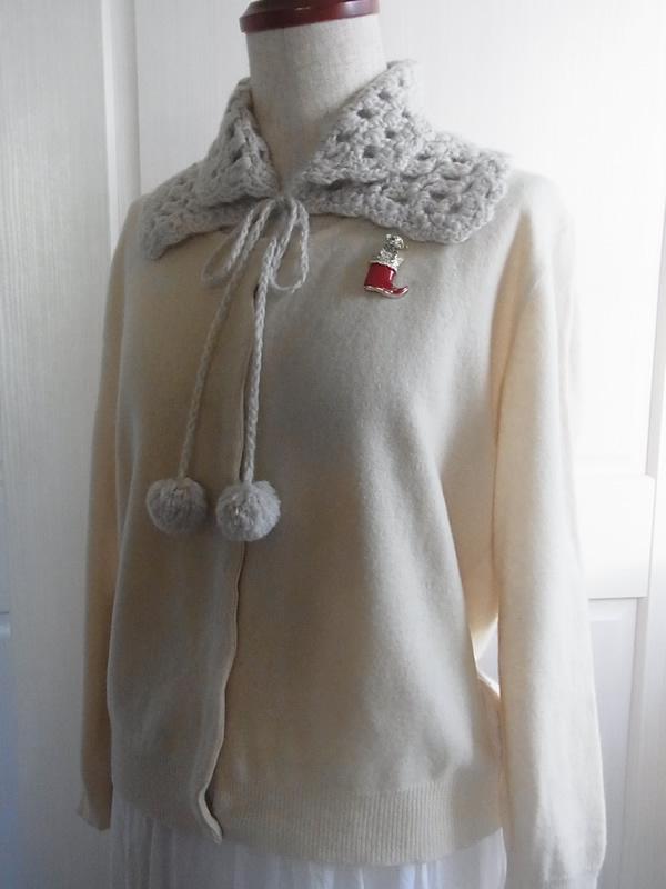 アンティークブローチの白いファッションコーディネート