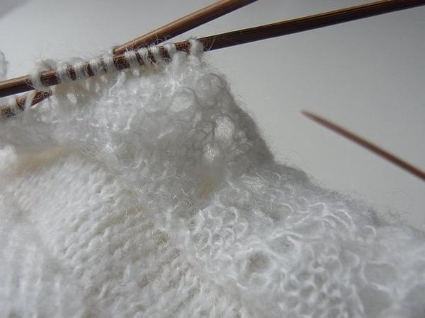 セーターの穴の修繕作業
