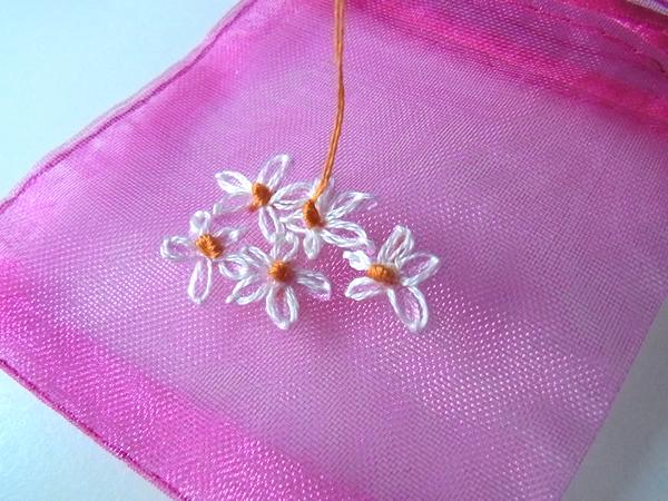 ラッピング袋に刺繍を刺している写真