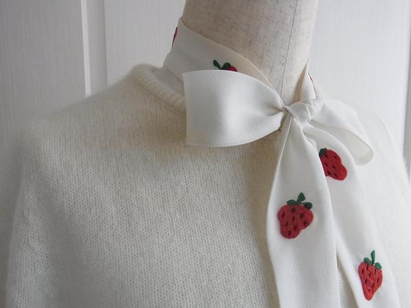 いちご刺繍ブラウスとセーターのコーディネート