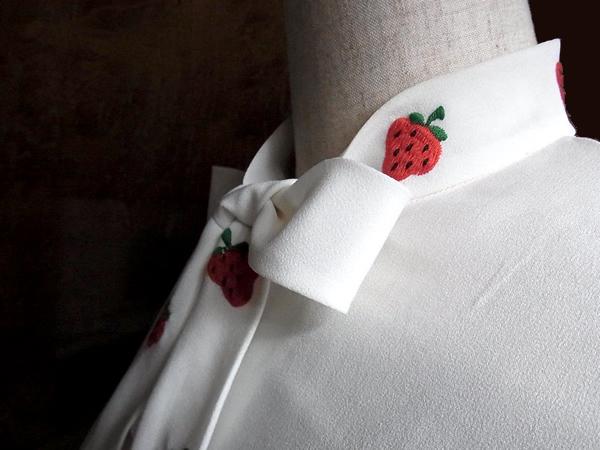 いちご刺繍ブラウスの襟もと