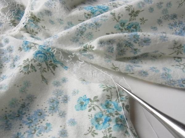 アンティーク小花柄チュニックの袖をはずしているところ