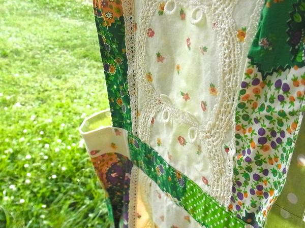 パッチワーク柄ジャンパースカートの屋外写真