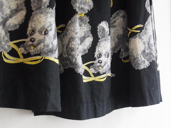 プードル柄スカートの裾