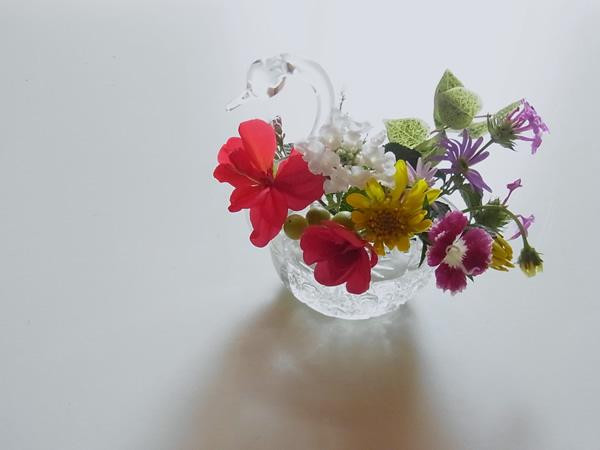 白鳥の花器と小さな花