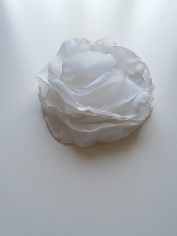 ポリエステル生地で作る白い花