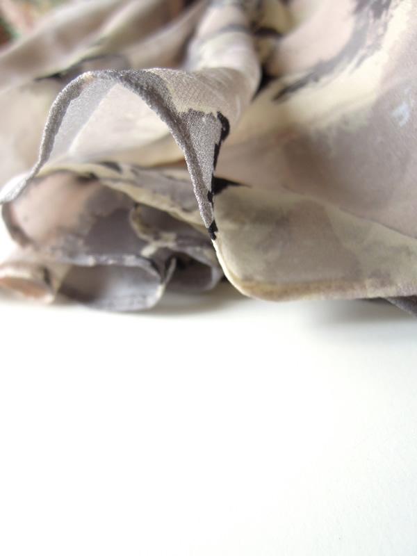 シルクドレスの裾