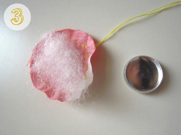 生地の上に綿を載せる